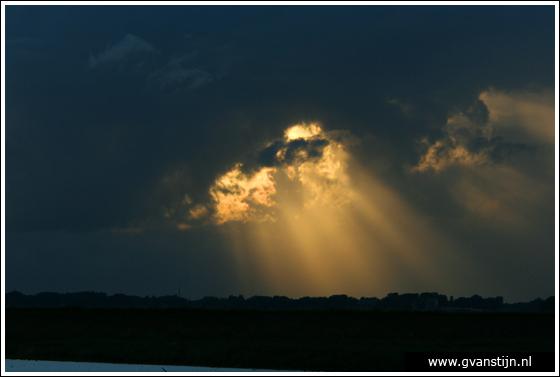 Coll2007-02 Donkere wolken boven het IJsselmeer bij Hoorn 275_0740.jpg
