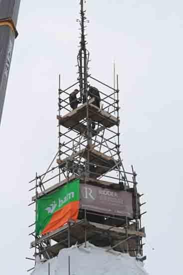 Weerhaan Het terugplaatsen van het kruis op de torenspits<br><br> 0900_Weerhaan_terugplaatsen_8607.jpg