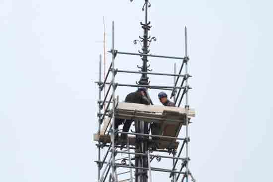 Weerhaan Het terugplaatsen van het kruis op de torenspits<br><br> 0950_Weerhaan_terugplaatsen_8633.jpg