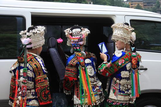 Langde De long skirt Miao dames van Langde Miao village in fraaie<br>traditionele kleding ter gelegenheid van hoog bezoek uit Beijing<br><br> 0390_1428.jpg