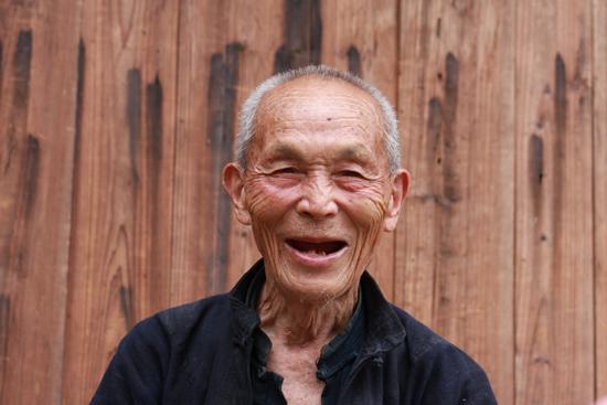 Langde Oude man op het centrale plein in Upper Langde.<br>De meeste bewoners in deze dorpen zijn op leeftijd,<br>de jeugd trekt naar de grote steden....<br><br> 0560_1533.jpg