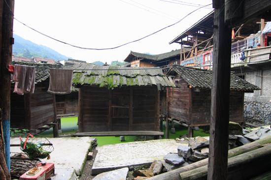 Datang Het voedsel wordt bewaard in houten schuren boven het water<br>ter bescherming tegen brand, ratten en ander ongedierte<br><br> 0710_1608.jpg