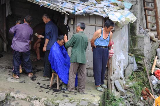 Datang Kapper in Yongle, gezien het vele haar op de grond een goed lopende zaak...<br><br> 0770_1655.jpg