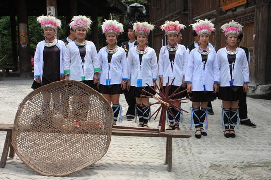 Zhaoxing Theatervoorstelling in een van de drumtorens van Zhaoxing Dong village in Guizhou<br><br> 1320_1961.jpg