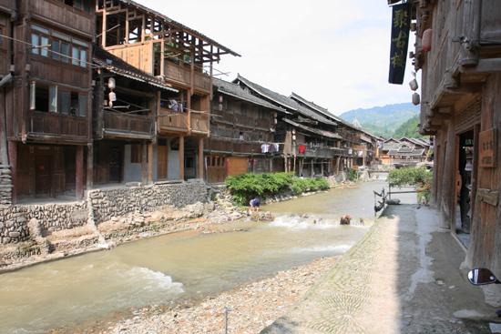 Zhaoxing Rivier stromend door het centrum van Zhaoxing Dong village<br><br> 1360_2049.jpg