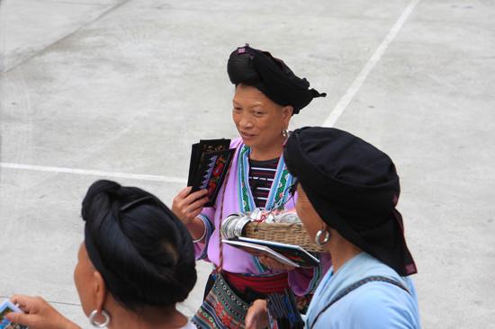 Longji Souvenir-verkoopsters bij de bus voor vertrek naar de karstbergen van Yangshuo<br><br> 1820_2394.jpg