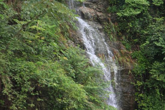 Yangshuo1 Waterval tijdens rit naar Yangshuo<br><br> 1830_2398.jpg