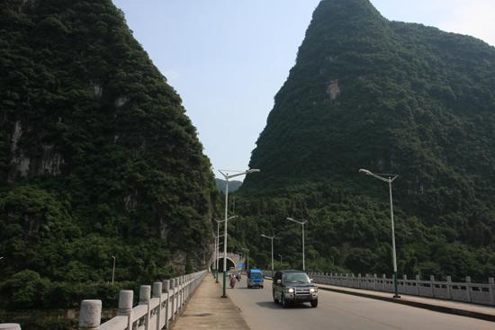 Yangshuo1 Brug over Li rivier en tunnel door de karstbergen - Yangshuo richting Fuli<br><br> 1910_2460.jpg