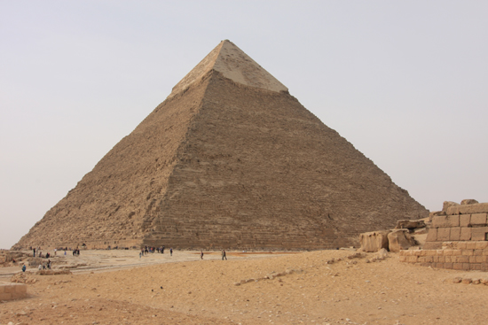 Gizeh Giza / Gizeh<br>The Great Pyramid of Cheops (Khufu) 2570 BC<br>146m hoog, 2,3 miljoen kalkstenen blokken van elk 2,5 ton 0150-Gizeh-Gizah-pyramides-1776.jpg