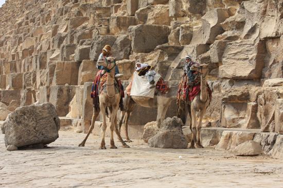 Gizeh Giza / Gizeh<br>The Great Pyramid of Cheops (Khufu) 2570 BC<br>146m hoog, 2,3 miljoen kalkstenen blokken van elk 2,5 ton 0160-Gizeh-Gizah-pyramides-1784.jpg