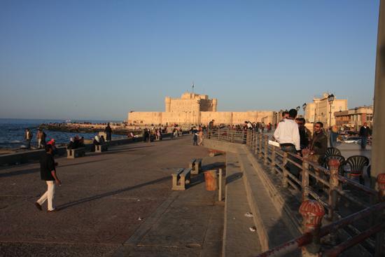Alexandrie1 Fort Qaitbey op de boulevard van Alexandria (1480) gebouwd op de restanten van de legendarische Pharos vuurtoren 0330-Alexandrie-Boulevard-1960.jpg