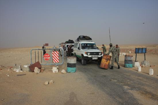 White-Desert Een van de check-points op de route van Siwa naar Baharya 0610-From-Siwa-to-Farafra-2321.jpg