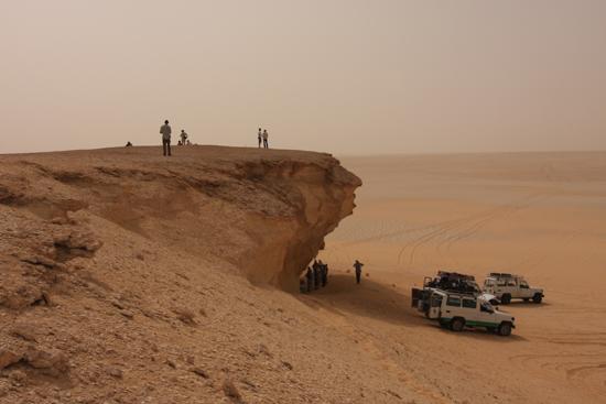 White-Desert Lunchtijd!<br>De enige (kleine) schaduwstrook op het traject van Siwa naar Baharya 0640-From-Siwa-to-Farafra-2346.jpg