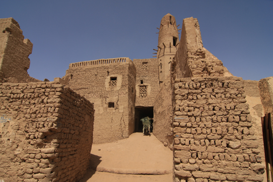 Dakhla Al-Qasr bij Dakhla Oasis<br>Een oud Ottomaans stadje gebouwd in 1516-1798<br>Minaret van de Nasr-ad-Din-Moskee (21m. hoog)  0920-Al-Qasr-near-Dakhla-Oasis-2838.jpg