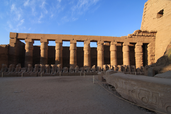Karnak Amun tempel - Karnak (1570-1090 BC)<br>Colonnade and ram-headed sphinxes in the Great Court  2320-Karnak-Temple-of-Amun-4207.jpg