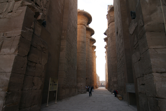 Karnak Amun tempel - Karnak<br>Great Hypostyle Hall (134 papyrus-vormige pilaren) 2340-Karnak-Temple-of-Amun-4215.jpg