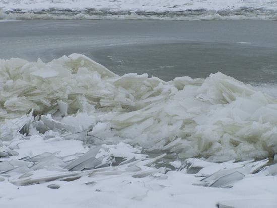 Kruiendijs Kruiend ijs in de haven van Hoorn 010-Kruiend-ijs-Hoorn-5019.jpg