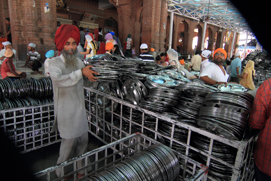 Amritsar1 Honderden borden klaar voor gebruik door bezoekers, dit geheel gratis<br><br> 0170-Amritsar-Gouden-Sikh-tempel-2470.jpg