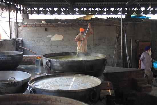 Amritsar1 Enorme kookpan voor duizenden gasten per dag<br><br> 0200-Amritsar-Gouden-Sikh-tempel-2494.jpg