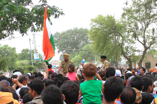 Wagan Controlepost bij de ingang van de Wagan grens<br>Strijken van de vlaggen -cermonie <br>uitgevoerd door de veiligheidsdiensten van Pakistan en India<br><br> 0330-Wisseling-wacht-grens-Wagah-2573.jpg