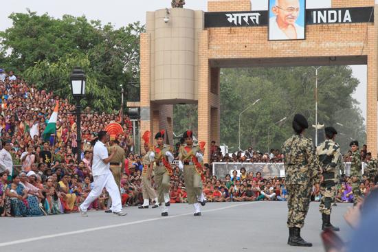 Wagan Het begin van het Indiase deel van de show aan de grens tussen India en Pakistan<br><br> 0340-Wisseling-wacht-grens-Wagah-2597.jpg