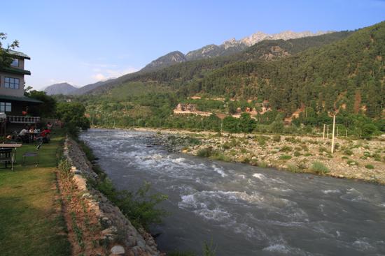 Pahalgam2 Mooi Freshwater Resort aan de oevers van de Lidder-rivier<br>in prachtig landschap<br><br> 0630-Pahalgam-Kashmir-2932.jpg