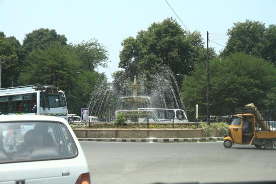 Srinagar1 Mooie fontein op rotonde in Srinagar <br><br> 0820-Srinagar-Kashmir-3049.jpg
