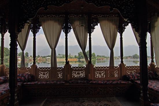 Srinagar1 Heerlijke sofa's op het achterdek, was goed vol te houden<br><br> 0860-Houseboat-Srinagar-Kashmir-3066.jpg