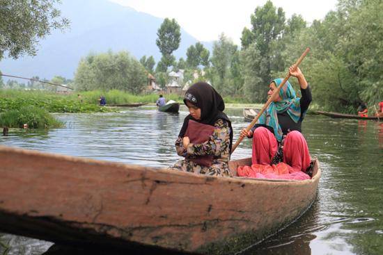 Srinagar2 <br><br> 1240-Shikara-vaartocht-meren-Srinagar-3417.jpg