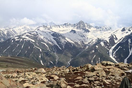 Gulmarg Boven op de top van 4000m.<br>De lange wachttijd bij de kabelbaan werd beloond met een geweldig uitzicht.<br><br> 1360-Gulmarg-Kashmir-3536.jpg
