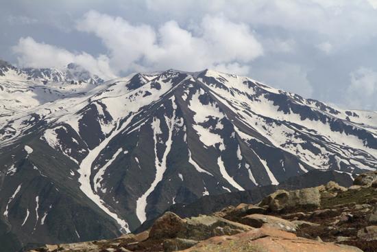 Gulmarg De (nog?) eeuwige sneeuw op de bergtoppen van Gulmarg<br><br> 1370-Gulmarg-Kashmir-3546.jpg