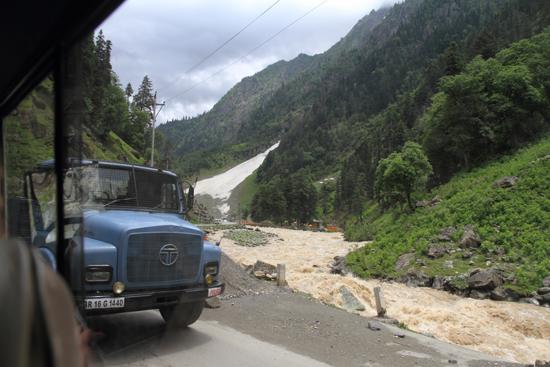 Sonamarg Kolkende rivier in steeds woester wordend landschap<br><br> 1450-Sonamarg-Kashmir-3610.jpg