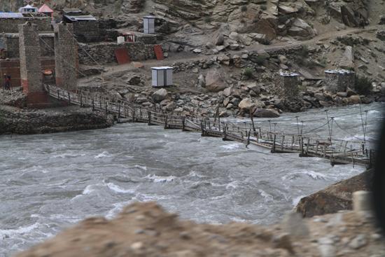 Kargil Hangbrug over wildstromende rivier bij Kargil<br><br> 1800-Kargil-Ladakh-3846.jpg