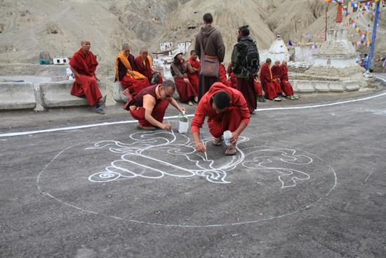 Lamayuru2 Monniken beschilderen de weg wegens een bezoek van een