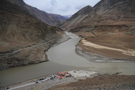 Alchi Samenloop van de Indus (links) en Zanskar ivier (top)<br>in de