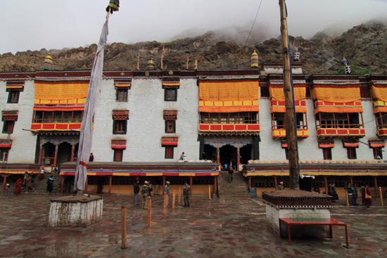 Hemis-Festival Hemis festival<br>De gevels van het klooster waren met grote vaandeldoeken versierd<br><br> 2530-Hemis-festival-Ladakh-4428.jpg