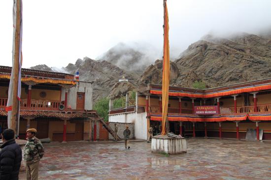 Hemis-Festival Het plein voor het begin van de ceremonies, helaas slecht weer<br><br> 2540-Hemis-festival-Ladakh-4430.jpg