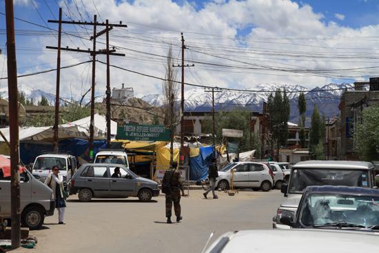 Hemis-Festival Het centrum van Leh met op de achtergrond heel veel besneeuwde bergen<br><br> 2660-Leh-Ladakh-4513.jpg