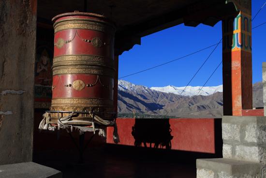 Thikse Mooi doorkijkje bij grote gebedsmolen<br><br> 2710-Thikse-Thiksay-Ladakh-4546.jpg