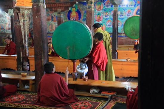 Thikse Yakthee werd voor de monniken �n de bezoekers ingeschonken<br><br> 2760-Thikse-Thiksay-Ladakh-4570.jpg
