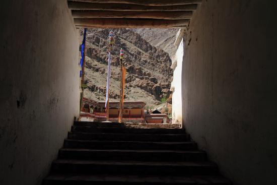 Shey Mooi doorkijkje naar de binnenplaats van het Hemis-klooster<br><br> 2930-Hemis-klooster-Ladakh-4665.jpg