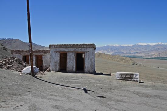 Matho Speciaal effect toiletten bij het Matho klooster:<br>Toiletpapier valt niet naar beneden maar wordt omhoog geblazen<br><br> 3380-Matho-klooster-Ladakh-4871.jpg