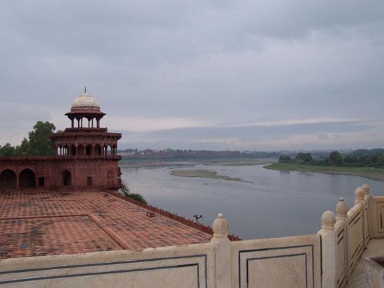 Agra Uitzicht op de Yamuna rivier met op de achtergrond het Agra-fort 100_3912.jpg