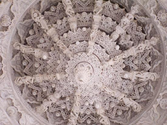 Udaipur Plafond van een van de vele koepels Adinath-Jain-Tempel-Ranakpur_3312.jpg