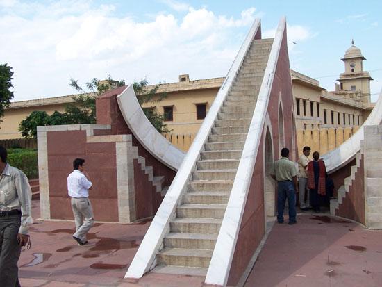 Jaipur De geheel uit marmer vervaardigde Jantar Mantarsterrenwacht (1728-1734) Jantar-Mantar-sterrenwacht-Jaipur_3724.jpg