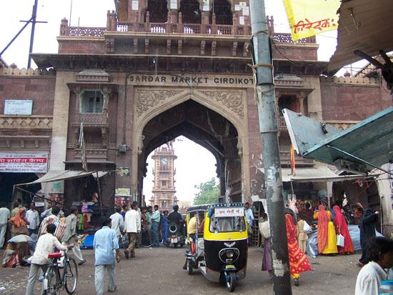 Jodhpur1 Toegangspoort tot oude centrum van JodhpurOp de achtergrond de Clock tower Jodhpur-Clock-Tower-Centrum_3042.jpg