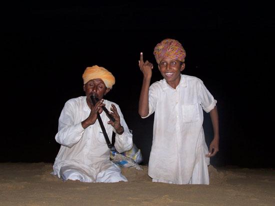 Jaisalmer Sfeervol muzikaal intermezzo tijdens kamelensafariin de Thar woestijn.Prachtige muziek en zang van vader en zoon Kamelensafari-Thar-Woestijn_3023ps.jpg