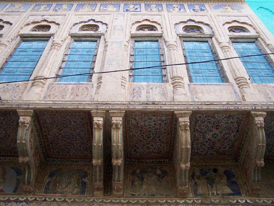Mahansar Blauwe houten luiken voor de erkerramen Mahansar-Shekawati-Haveli_2756.jpg
