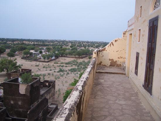 Mahansar Toegangsweg naar onze kamer Narayan-Niwas-Castle-Mahansar-Shekawati_2709.jpg