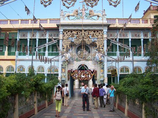 Naarmahansar Kleurrijke versiering op de binnenplaats van de tempel Rani-Sati-Jain-Tempel-Jhunjhunu_2618.jpg